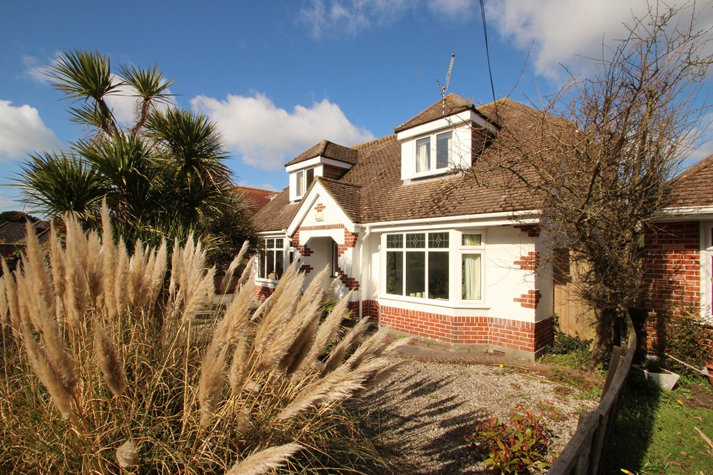 4 bedroom chalet in mudeford estate agents mudeford for Modern homes estate agents